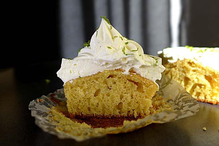 Cupcake de elote, maíz tierno, con froting de mascarpone y lima.