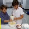 Mis hijos preparando pastel de queso
